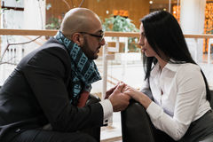 Арабский человек и девушка держа руки стоковое фото
