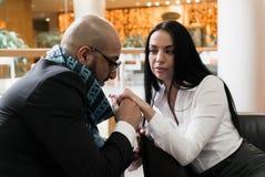 Арабский человек и девушка держа руки стоковые изображения