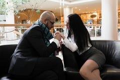 Арабский человек и девушка держа руки стоковые фотографии rf