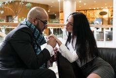 Арабский человек и девушка держа руки стоковое фото rf