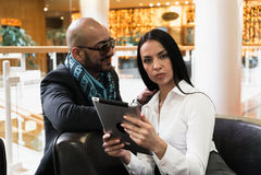 Арабский человек и девушка смотря фото на цифровой таблетке стоковая фотография