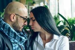 Арабский человек обнимает и целует красивую девушку стоковое фото