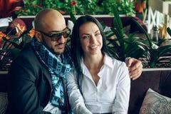 Арабский человек сидит, обнимает красивая девушка стоковая фотография rf