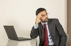Арабский человек woking в его компьтер-книжке в кухне Стоковое Изображение