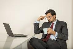 Арабский человек woking в его компьтер-книжке в кухне Стоковые Изображения RF