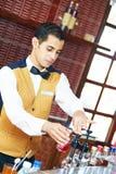 арабский barman жизнерадостный стоковое изображение