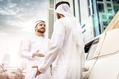 2 арабских бизнесмена внутри лимузина Стоковое Фото