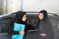 2 арабских бизнес-леди обсуждают что-то Стоковые Фотографии RF