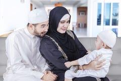 2 арабских родителя играя с их сыном Стоковое Изображение RF