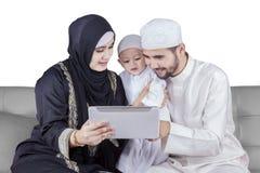 2 арабских родителя и их таблетка пользы сына Стоковые Фотографии RF