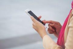 Арабское послание коммерсантки на мобильном телефоне в городе Стоковые Изображения RF