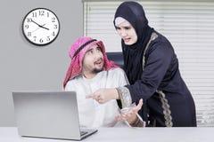 Аравийская команда дела споря в офисе Стоковая Фотография RF