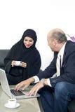 Аравийская коммерсантка в офисе при предприниматели встречая в бизнесмене backgroundSenior работая с аравийской коммерсанткой Стоковое Изображение
