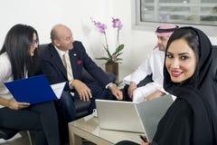 Аравийская коммерсантка в офисе при предприниматели встречая на заднем плане Стоковая Фотография