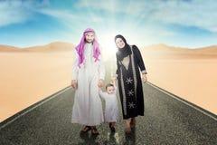Аравийская семья идя на улицу на пустыне Стоковые Фотографии RF