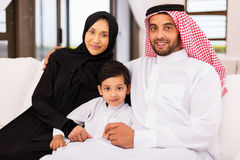 Аравийская семья сидя домой стоковое изображение