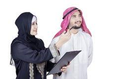 Аравийские предприниматели смотря что-то Стоковое Изображение