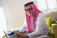 Аравийский бизнесмен в его домашнем офисе Стоковая Фотография RF