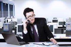 Аравийский бизнесмен с smartphone в офисе Стоковые Изображения RF