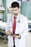 Аравийский доктор с доской сзажимом для бумаги в больнице Стоковая Фотография RF