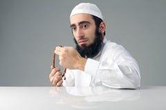 Аравийский мусульманский человек моля стоковое изображение