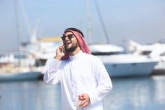 Аравийский человек говоря на сотовом телефоне стоковые фотографии rf