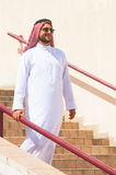 Аравийский человек идя вниз стоковые изображения rf