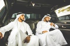 2 аравийских бизнесмена говоря о деле в li компании Стоковая Фотография