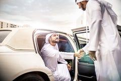 2 аравийских бизнесмена говоря о деле в li компании Стоковая Фотография RF