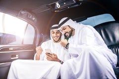 2 аравийских бизнесмена говоря о деле в li компании Стоковые Фотографии RF