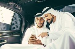 2 аравийских бизнесмена говоря о деле в li компании Стоковое Изображение