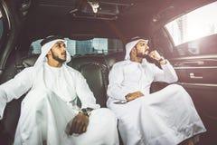 2 аравийских бизнесмена говоря о деле в li компании Стоковые Изображения