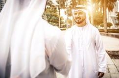 2 аравийских бизнесмена говоря о деле Стоковое Изображение