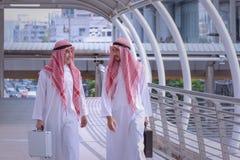 2 аравийских бизнесмена обсуждают и идут совместно вокруг современного Стоковое Фото
