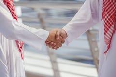 2 аравийских бизнесмена трясут руку и обсуждают совместно для suc Стоковые Изображения