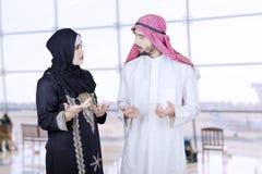 2 аравийских предпринимателя говоря в авиапорте Стоковые Фотографии RF