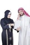 2 аравийских работника обсуждая с таблеткой Стоковое Изображение RF