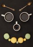 аранжированный вал macaroon fa кофейных чашек счастливый Стоковое Фото