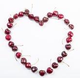 Аранжированный в в форме сердц вишни на белой предпосылке Стоковое Фото