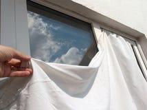 Аранжировать белый лист на окне стоковое изображение