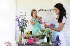 Аранжировать молодой женщины высушенные цветки дома стоковое фото rf