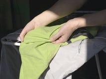 Аранжировать помытые одежды стоковое фото