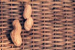 2 арахиса с заплетенной предпосылкой Стоковое Изображение