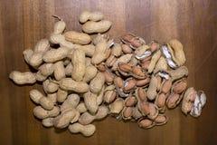 АРАХИС и вся предпосылка древесины грецких орехов Стоковые Фото