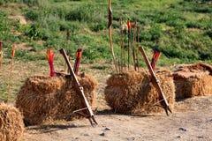 Арбалеты, лук и стрелы на блоках соломы Стоковые Фотографии RF