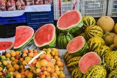 Арбузы и абрикосы в турецком уличном рынке Стоковое Изображение