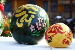 Арбуз и грейпфрут украшенный для торжества въетнамского Нового Года на рынке в Hoi, Вьетнаме стоковые фото