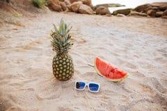 Арбуз и солнечные очки ананаса изображения концепции лета на пляже Стоковое Изображение RF