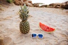 Арбуз и солнечные очки ананаса изображения концепции лета на пляже Стоковое Фото