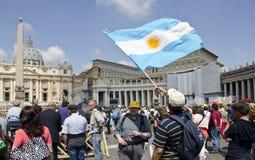 Аргентинский флаг развевая в государстве Ватикан Стоковые Фотографии RF